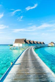 美しい熱帯モルディブのリゾートホテルとビーチと海のある島