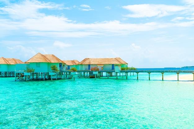 Красивый тропический курортный отель на мальдивах и остров с пляжем и морем