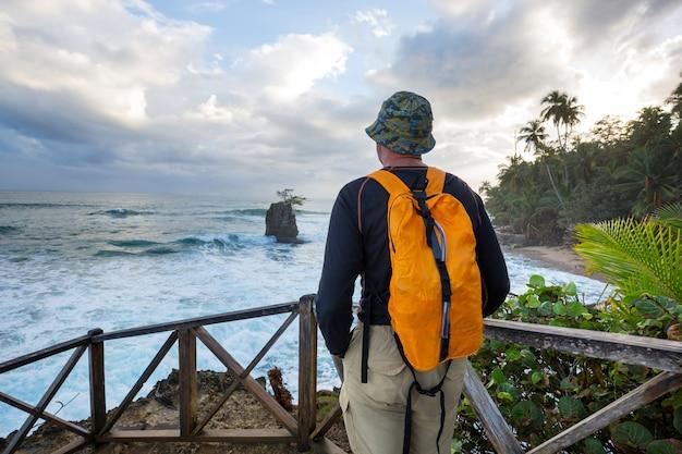 Красивое тропическое побережье тихого океана в коста-рике