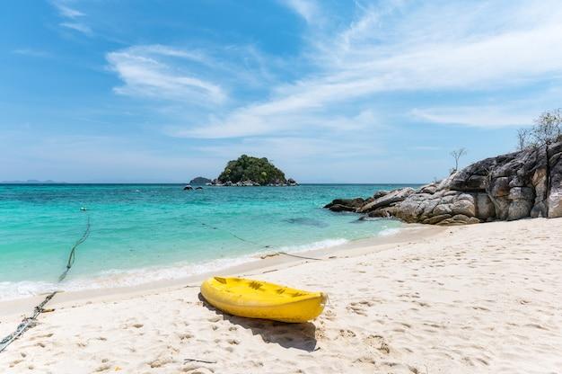 Красивое тропическое море с желтым каноэ на пляже на острове липе, таиланд