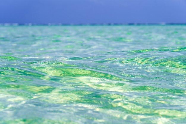 Красивый тропический пейзаж. небо и море. бирюзовая вода океана и голубое небо. остров занзибар, танзания, восточная африка.