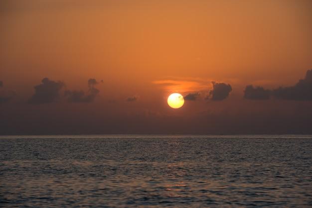美しい熱帯の夕日の海の背景