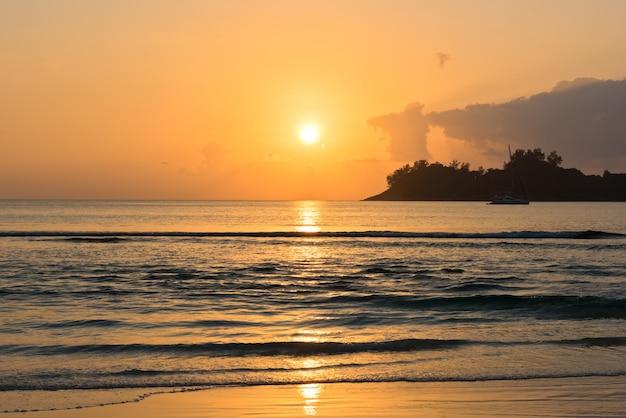 美しい熱帯の夕日の海