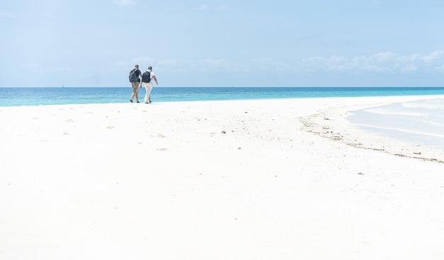 美しい熱帯の白い砂浜と海