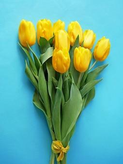 파란색 바탕에 아름 다운 튤립 꽃다발