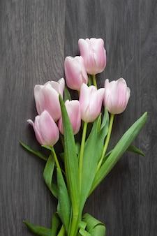회색 바탕에 아름 다운 튤립 꽃다발