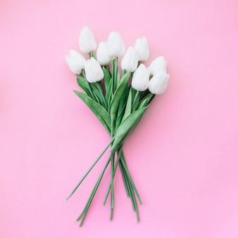 ピンクの背景に美しいチューリップの花束