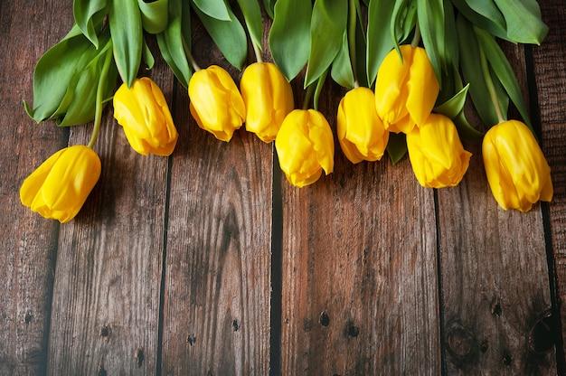 나무 바탕에 아름 다운 튤립 꽃다발