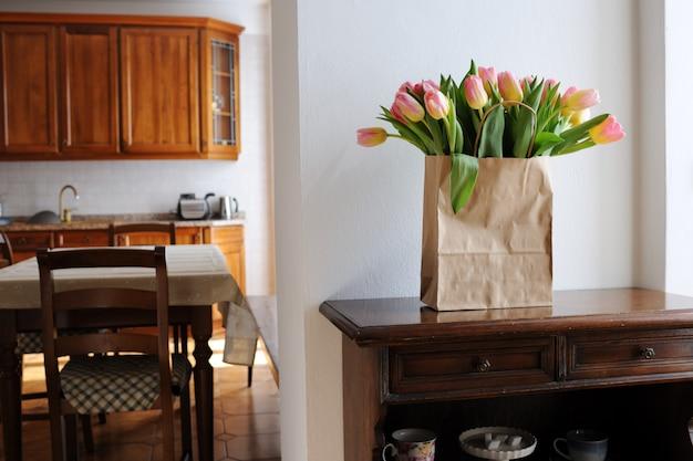 Красивые тюльпаны в бумажном пакете