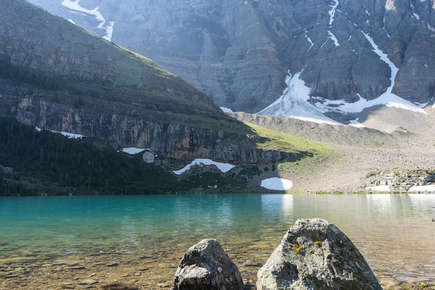 마운틴밴프 국립공원으로 둘러싸인 아름다운 청록색 고산 호수캐나다