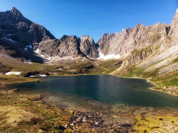 Красивейшие бирюзовые воды озера с заснеженными вершинами.