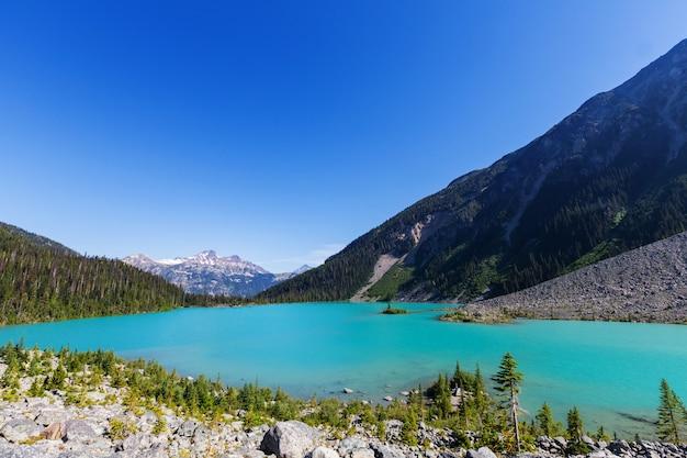 カナダのジョッフル湖の美しいターコイズブルーの海