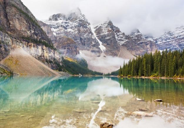 캐나다의 밴프 국립 공원에서 그 위에 눈 덮인 봉우리가있는 모레 인 호수의 아름다운 청록색 바다