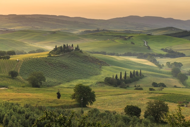 일출 언덕과 초원의 아름다운 투스카니 이탈리아 풍경