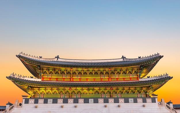Красивые сумерки дворца кёнбоккун в сеуле южная корея