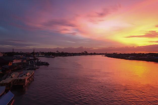 川の上の美しい夕暮れの空
