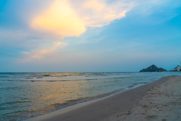 Красивое сумеречное небо с морским пляжем - отпуск и концепция отпуска
