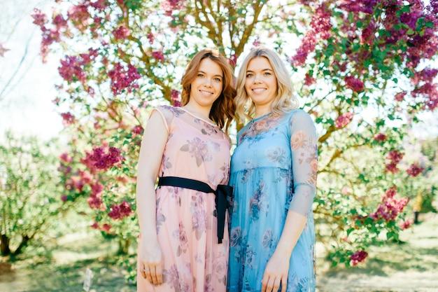日当たりの良い公園でポーズ美しい双子の姉妹。