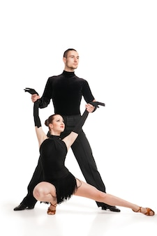 흰색 배경 위에 춤을 추는 아름다운 두 전문 예술가
