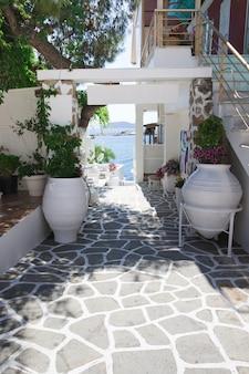 Красивая типичная греческая таверна в греции
