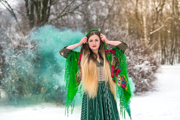 Красивая украинская девушка в шали в зимнем парке