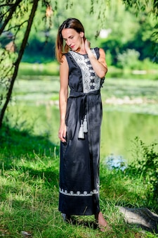 전통적인 현대 민족 드레스를 입은 아름다운 우크라이나 양 여성.