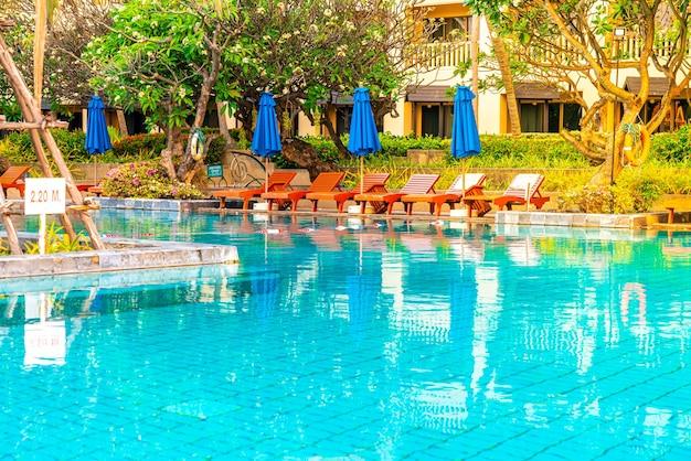 호텔 및 리조트 수영장 주변의 아름다운 우산과 의자-휴가 및 휴가 콘서트