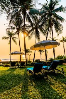 호텔 및 리조트 수영장 주변의 아름다운 우산과 의자. 바캉스 홀리데이 콘서트