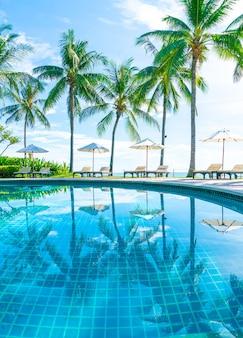 ホテルとリゾートのプールの周りの美しい傘と椅子