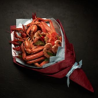 Красивая необычная упаковка морепродуктов в виде букета на черном