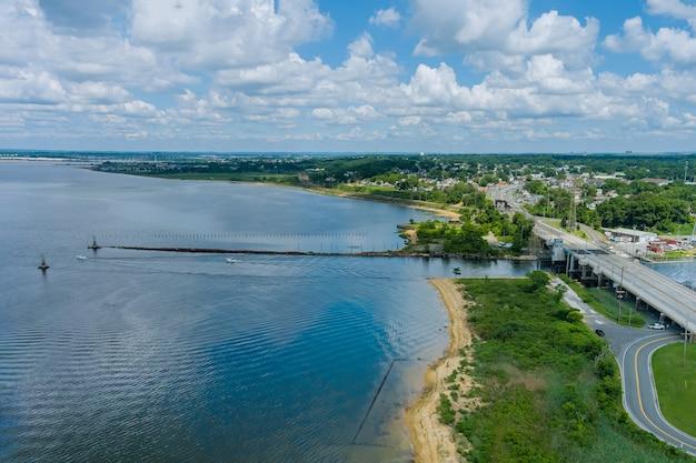 Красивый городской пейзаж небольшой прибрежный городок в районе вид с пирса на океанскую бухту с яхтенными лодками
