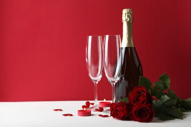 テキストのための場所で色付きの背景に美しいバレンタインデーの要素