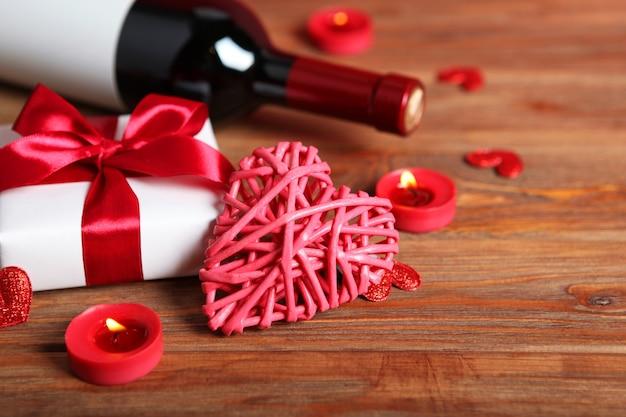 テキストのための場所で木の板に美しいバレンタインデーの要素