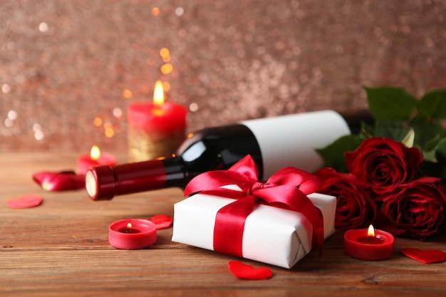 テキストのための場所を持つ木製のテーブルに美しいバレンタインデーの要素