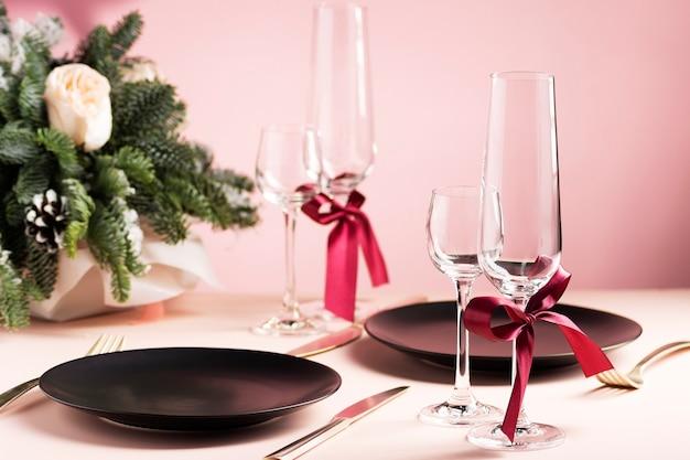 Красивая сервировка стола на день святого валентина для двоих с цветочной композицией
