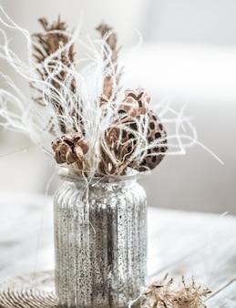 Bellissimo vaso con fiori secchi