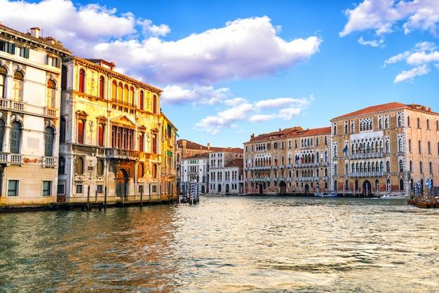 Красивый город венеция днем. италия Premium Фотографии