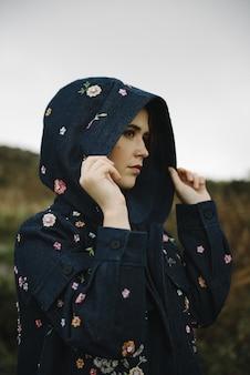 매력적인 재킷에 순수한 흰색 피부를 가진 생강 여성의 아름다운 세로 사진