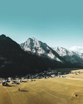 Bella ripresa verticale del piccolo paese situato nelle alpi
