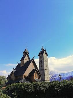 Bella ripresa verticale della chiesa wang a karpacz, polonia