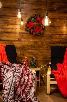 Прекрасная атмосфера рождества в красивом доме. счастливо и уютно.