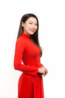 아름 다운 베트남 여자는 흰색에 고립 된 국가 드레스를 입고