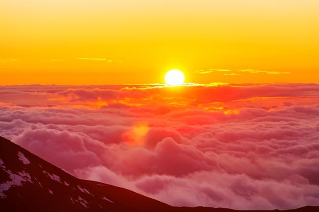 山の雲の上の美しい景色