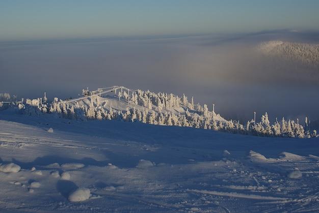 スキーリゾートの雲の上の美しい景色、美しい冬の風景