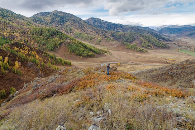 Прекрасный вид на чуйский тракт республика алтай россия природный осенний пейзаж горы