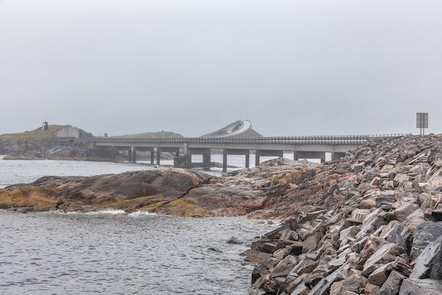 안개가 자욱한 날씨, 노르웨이의 대서양 도로 다리에서 아름다운 전망