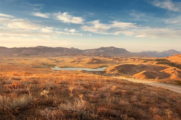 夏の日没の曇り青空と山の谷の美しい景色。自然の風景