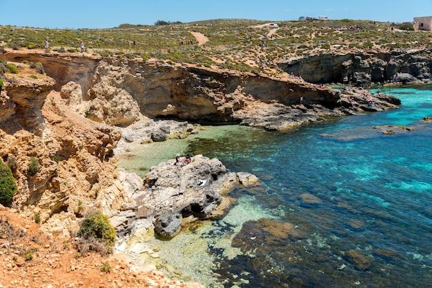 Bella vista sulle scogliere e sulla spiaggia catturata a malta