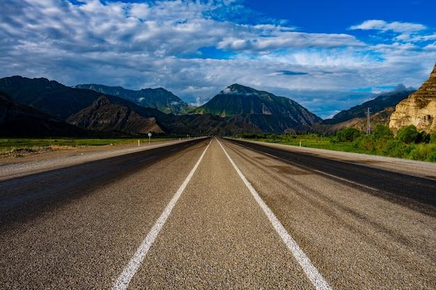 Bella vista di una strada asfaltata vuota sotto il cielo nuvoloso