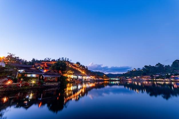 バンラックタイのラックタイ村の丘と中国の建物の美しい景色の夜の光